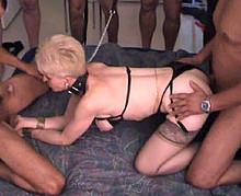 gangbang BDSM chez une vieille gangbangueuse libertine
