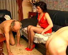 Domination sexuelle hard avec un vieux couple