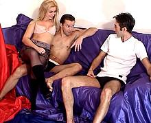 un couple échangiste expérimenté pervertit un couple d'amis