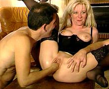 Femme mûre initiée au fist-fucking avec son mari