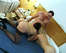 un trio libertin s'exhibe puis baise dans la chambre