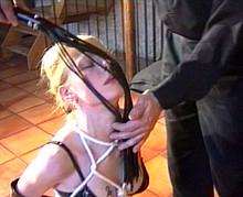 Belle blonde en lingerie sexy se fait humiliée
