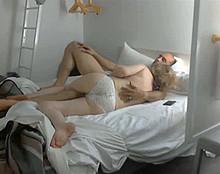 Une fille qui gicle lorsqu'elle jouit, filme de trs prs