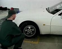 baise amateur Chaude cliente sautée sur le capot de sa voiture