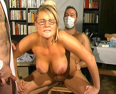 Une patiente chez 2 gynécos très pervers !!