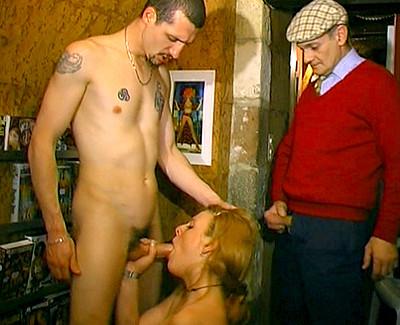 Une chaudasse enculée dans un sexe shop
