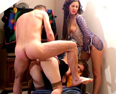 Il bourre le cul d'Amandine devant sa copine