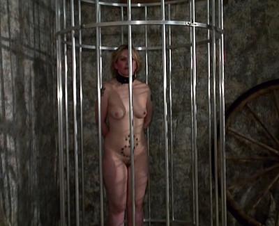 Maitre gode et doigte une blonde esclave soumise