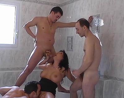 3 ouvriers se tapent la salope de proprio - 2 4