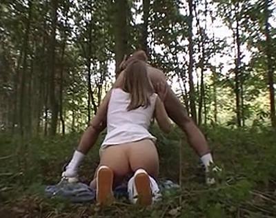 Une belle sportive se fait niquer l'anus en forêt