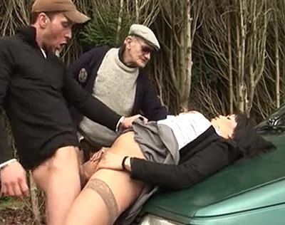 Sans argent la salope doit baiser avec le taxi..